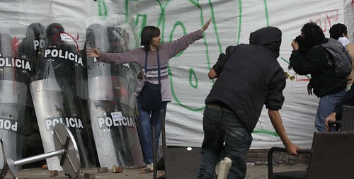 mujer defiende a la policia