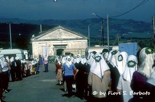 """Sant'Andrea di Conza (AV), 1981, il pellegrinaggio delle """"Maggiaiole"""" alla Cattedrale di Conza."""