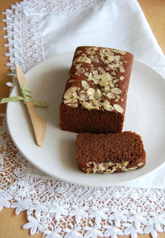 Cocoa-marzipan pound cake / Bolo de chocolate e marzipã