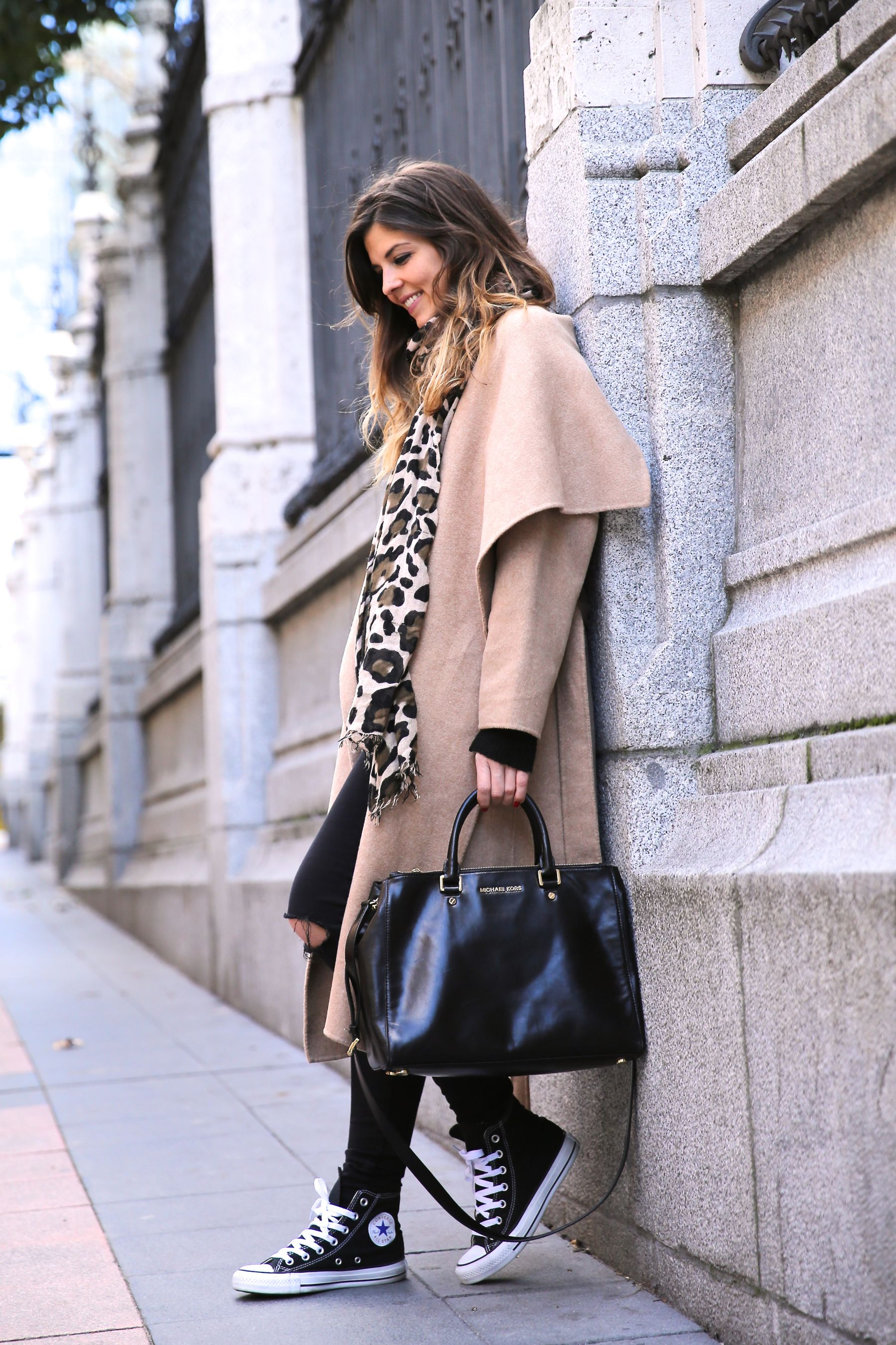 Look casual chic con abrigo oversize, converse all star, vaqueros negros y bufanda animal print