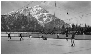 Hockey game at the Banff Winter Carnival, Banff National Park, Alberta, 1923 / Match de hockey au carnaval d'hiver de Banff, parc national Banff, Alberta, 1923