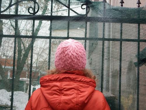 розовая шапка с полой резинкой и узором из кос | horoshogromko.ru