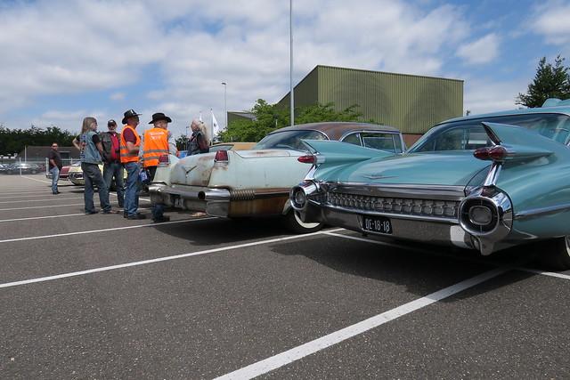1959 Cadillac Series SixtyTwo Sedan en 1956 Cadillac Coupe Deville