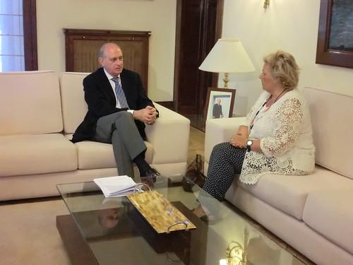 El ministro del Interior, Jorge Fernández Díaz, recibe a la presidenta de la Asociación Víctimas del Terrorismo, Ángeles Pedraza
