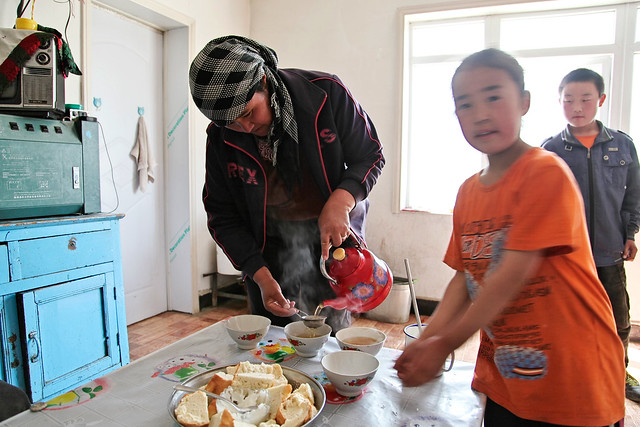 Tea time in a Kazakh local house, Barkol バルクル、カザフ族民家でのティータイム