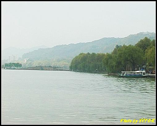 杭州 西湖 (其他景點) - 079 (湖濱路的湖畔看西湖白堤上的斷橋及北山路的湖畔)