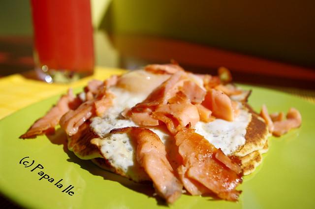Pancakes cu ochiuri si somon afumat (3)