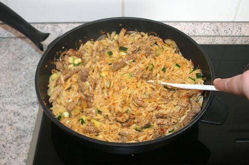 36 - Kritharaki, Fleisch & Gemüse vermischen / Mix kritharaki, meat & vegetables