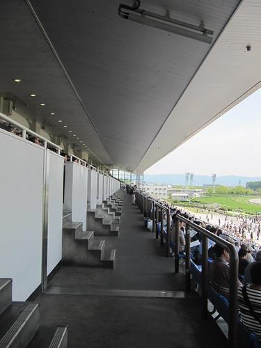 京都競馬場の観覧席3階通路
