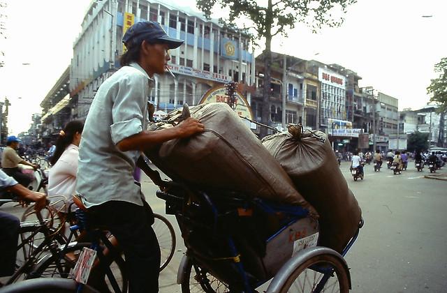 SAIGON 1995 - Photo by Andy Tarica - Ngã tư Trần Hưng  Đạo B - Châu Văn Liêm