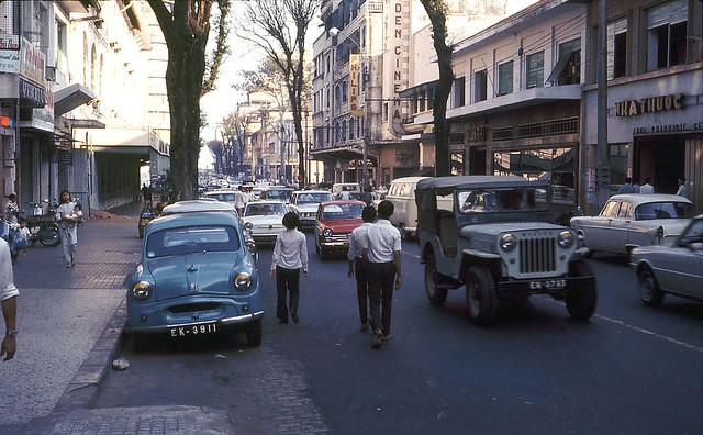 Saigon 1971 - Tu Do Street - EDEN CINEMA - Photo by Douglas Elgin
