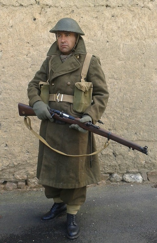 Manteau CANADIEN WW2 - Casque Tortue et pouch (s) sten- matos Corée 10099478886_c55905efc5_c