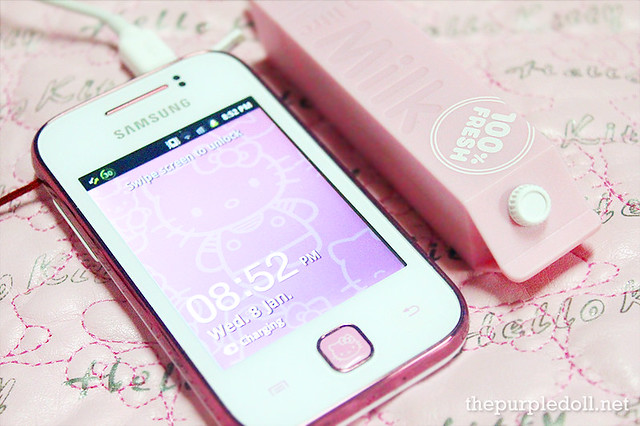 Momax iPower Milk charing a Samsung Galaxy Y Hello Kitty