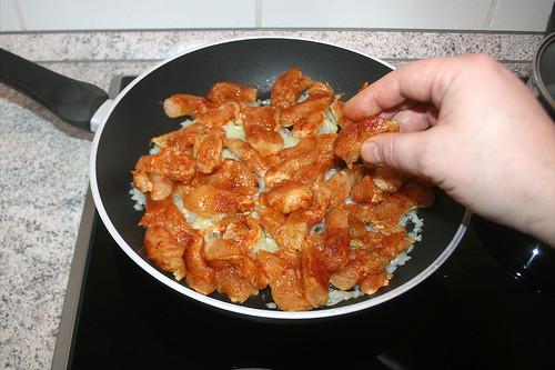 29 - Hähnchenbruststreifen dazu geben / Add chicken breast