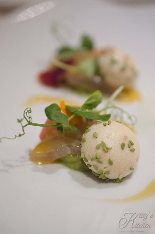 la pergola - ricciola marinata con yuzu e lemongrass su guacamole con macaron di soia