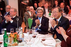 Former U.S. Vice President Al Gore, U.S. Secretary of State John Kerry, and United Nations Secretary-General Ban Ki-moon applaud a panel that discussed sustainability efforts on January 23, 2015, during the World Economic Forum in Davos, Switzerland. [State Department Photo/Public Domain]