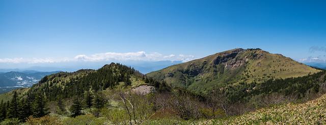 これから下る中四阿と根子岳を展望