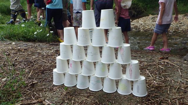 生きものを描いた紙コップでできたピラミッド.いったい何が始まるのかな?
