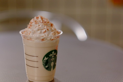 Sakura Chocolate Frappuccino with strawberry flavor topping 04