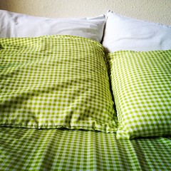 pattern(1.0), duvet cover(1.0), textile(1.0), yellow(1.0), bed sheet(1.0), green(1.0), pillow(1.0),