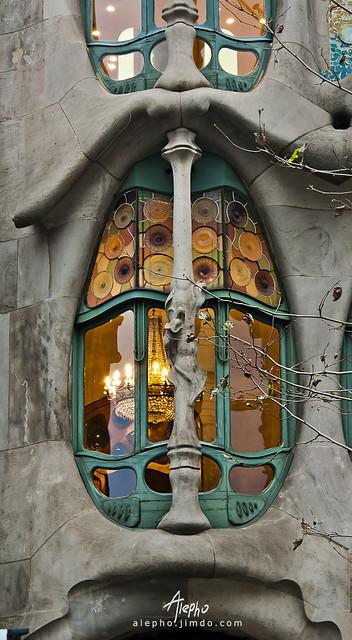 Detalle de ventana de la Casa Batlló de Gaudi, Barcelona