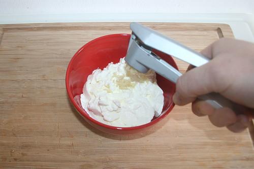 46 - Knoblauch dazu pressen / Add garlic