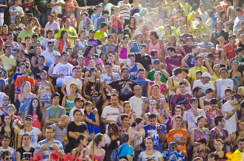 Miles de personas asistieron en el tercer fin de semana de los Corsos Encarnacenos 2015. Con sus espumas, anteojos, ropas coloridas y bebidas espirituosas bailaron y cantaron sin parar hasta las 5 de la mañana. (Elton Núñez)