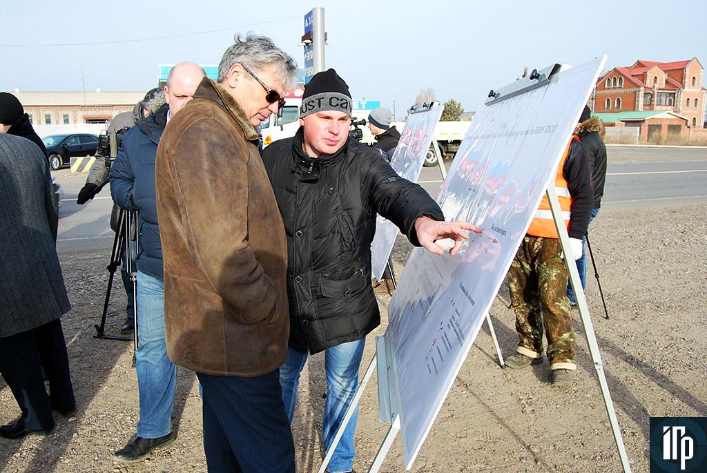 Вячеслав Цыщук осматривает проект реконструкции