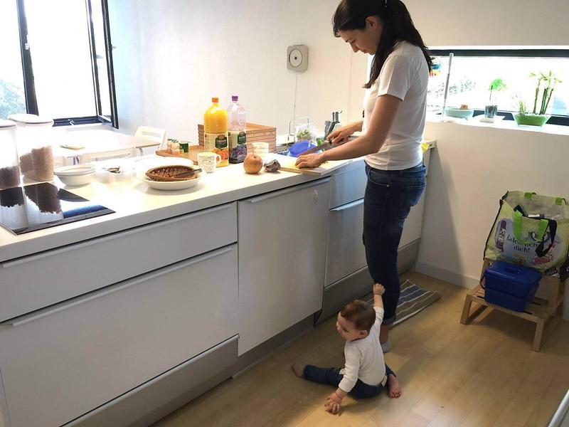 Preparando un puré para Eva en la casa de Gwangju.