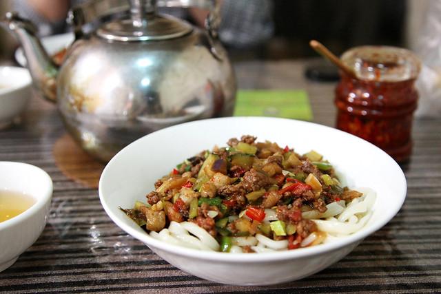 Yummy Lagman (Uyghur noodle) at a local restaurant, Urumqi ウルムチ、食堂のラグメン