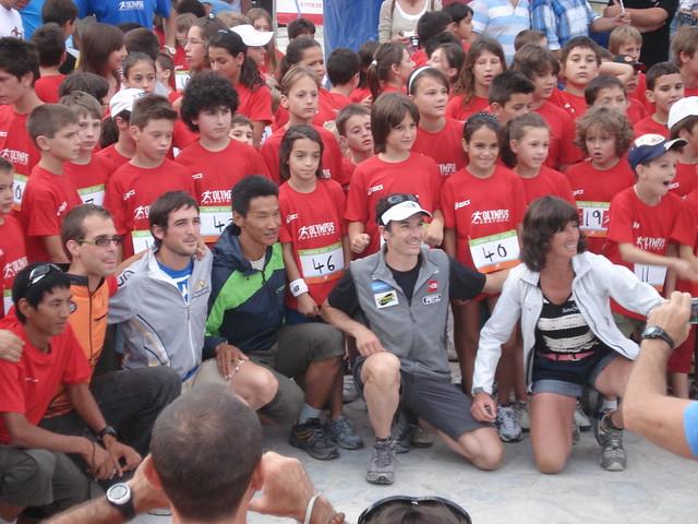 Το ανθρώπινο πρόσωπο του αθλητισμού. Dawa Sherpa, Sebastien Chaigneau, Jessed Hernandez και Corinne Favre φωτογραφίζονται λίγο πριν την έναρξη του παιδικού αγώνα