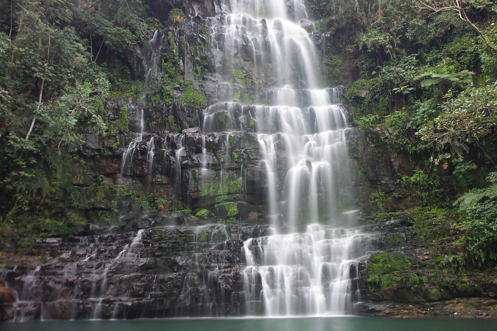 El Salto Cristal se encuentra a 158km de Asunción y a pocos kilómetros de la ciudad de Ybycuí, es uno de los saltos mas grandes del país con casi 70 metros de caída y ofrece a los visitantes una magnífica vista rodeado de rocas, arroyos y un tupido bosque. (Tetsu Espósito).