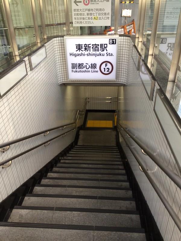 階段を下りて行く by haruhiko_iyota