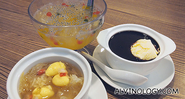 蜂蜜酸柑爱玉冰 Ice Jelly with Lime & Honey; 黑糯米 (冷/热) Black Glutinous Rice; 姑妈糖水 (冷/热) Auntie's Dessert (all at S$3.50 each)