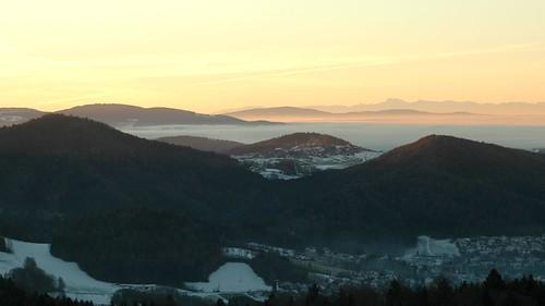 Morgendliche Inversionswetterlage mit Blickrichtung Alpen - Sunrays over an unyielding blanket of highlying fog.