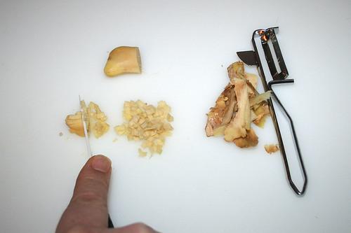 11 - Ingwer schälen & zerkleinern / Peel & grind garlic