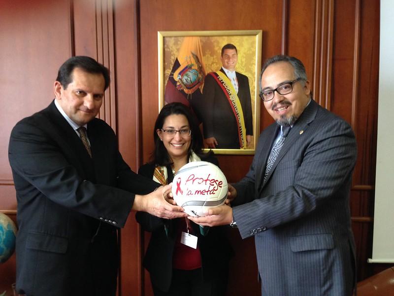 O vice-chanceler, Diego Morejon, assina a bola da campanha
