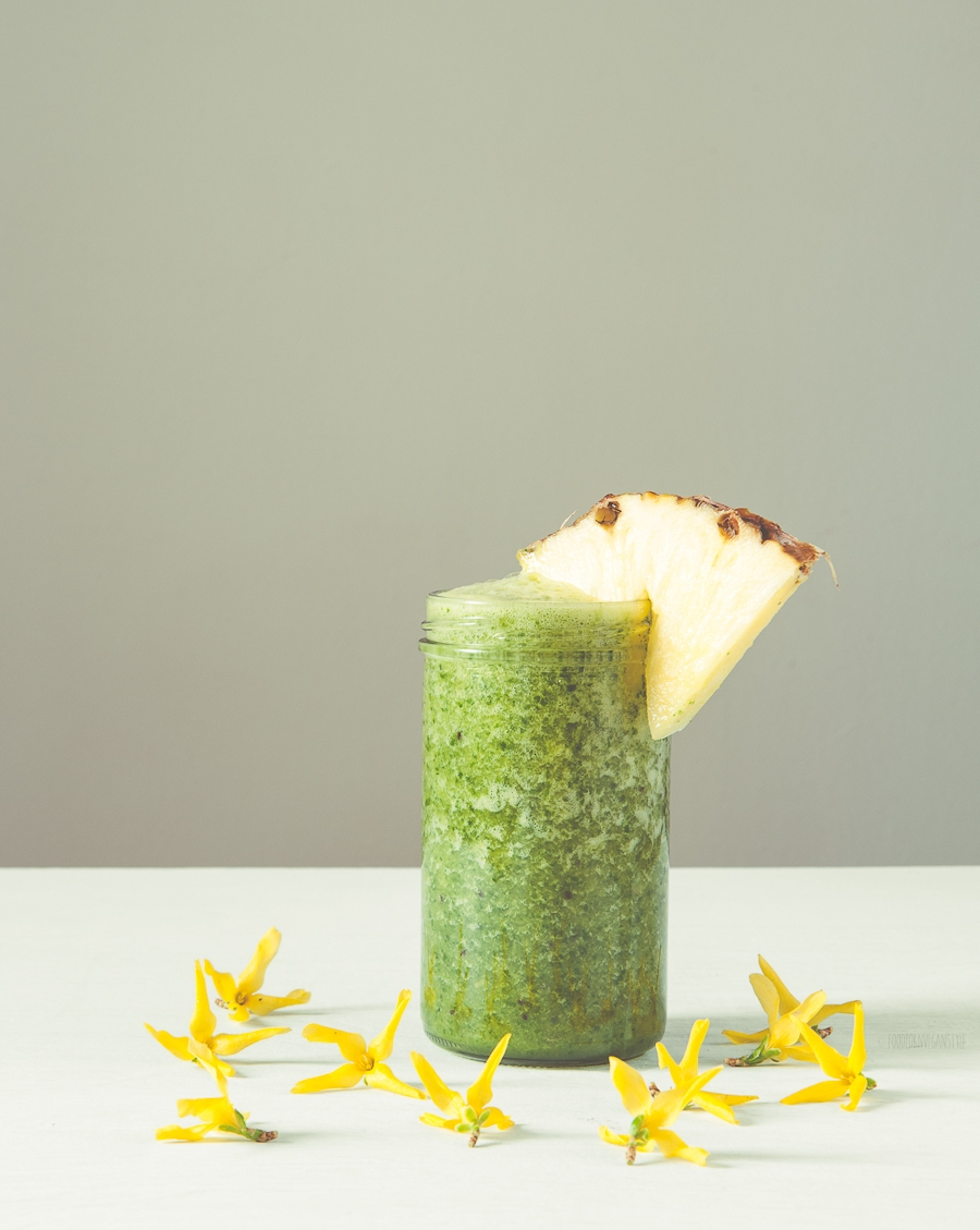 Green smoothie with arugula and pineapple