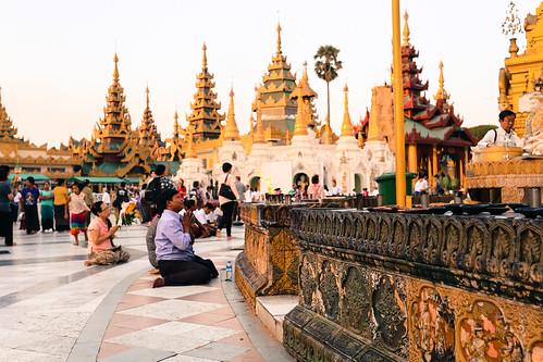 shwedagon-devotees-1