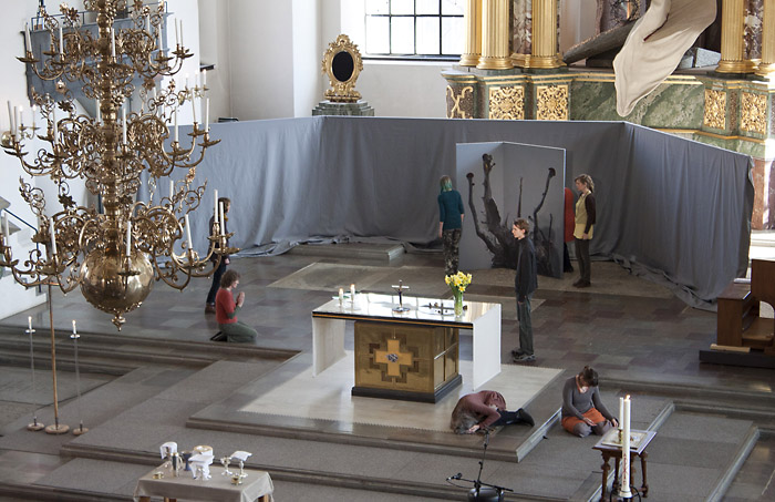 RISING_in-church-performance01