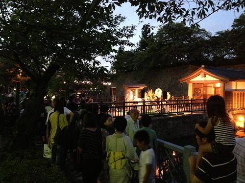 福井城址お堀の灯り ステージの照明は日産リーフからの電力供給で点灯しています。