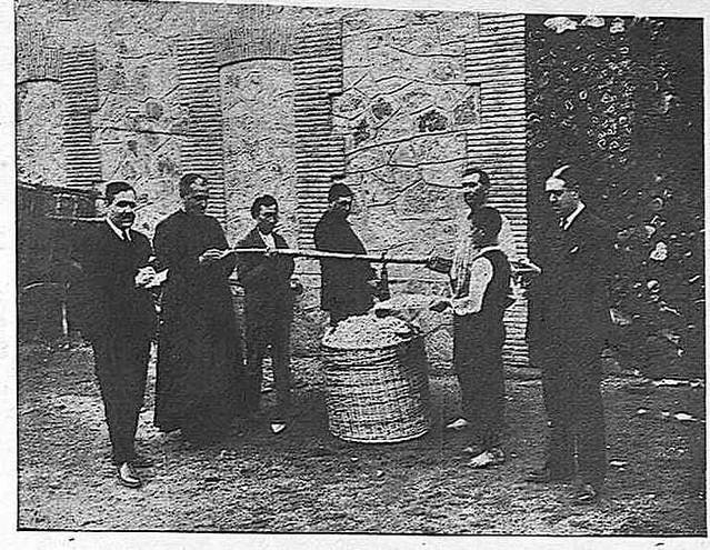 Pesando capullos de gusanos de seda en el Monasterio de San Bernardo en Toledo en 1925.