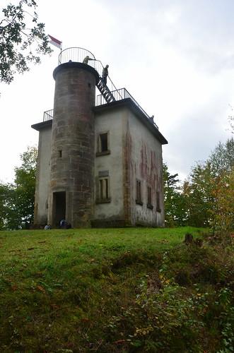 Turm mit Aussicht hinter einem richtigen Turmhaus.