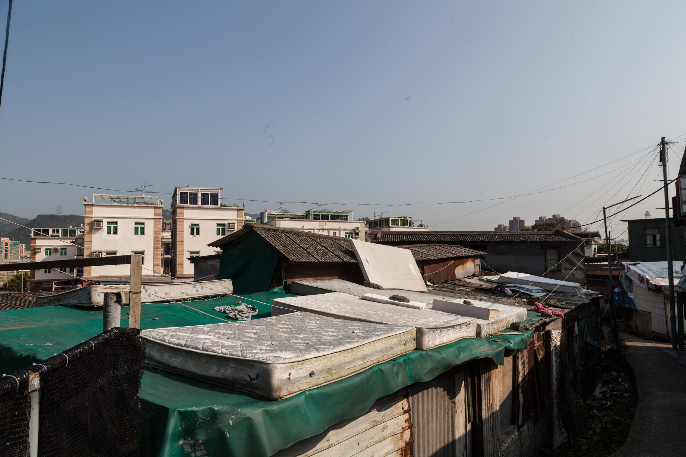 大部份貧民窟已日久失修, 鐵皮屋屋頂經已破損, 夏天雨季更出現水患, 導致家具電器損壞,他們只能外出拾取舊床舖及凡布蓋頂, 如颱風甚至會破壞電纜甚至有漏電危險