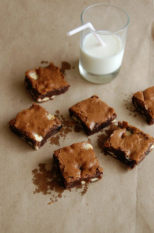 Dried cherry and white chocolate brownies / Brownies com chocolate branco e cerejas secas