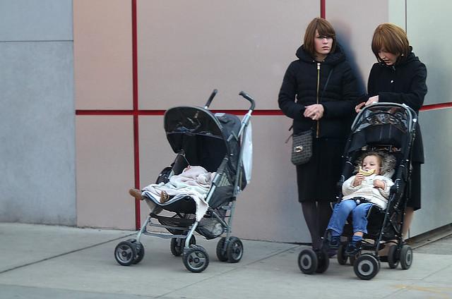 Mujeres con peluca, afeitadas, junto a carritos de bebé en el barrio Judío de Nueva York