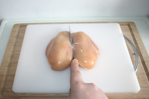 17 - Hähnchenbrust halbieren / Cut chicken breast in halfs