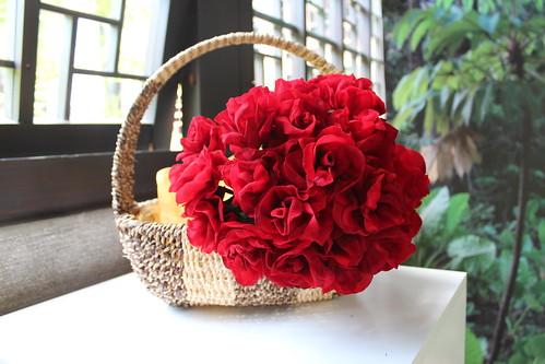 鮮豔欲滴的玫瑰花,是塑製品無法取代的,圖為蓪草製作的紅玫瑰。