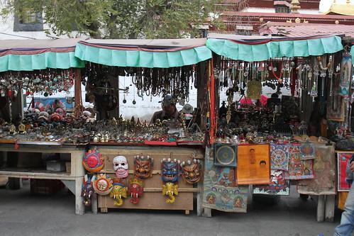 Étales d'artisanat tibétain le long du Barkhor