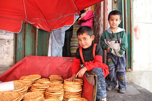 Kids in a bakery, Urumqi ウルムチ、ナン屋の子どもたち